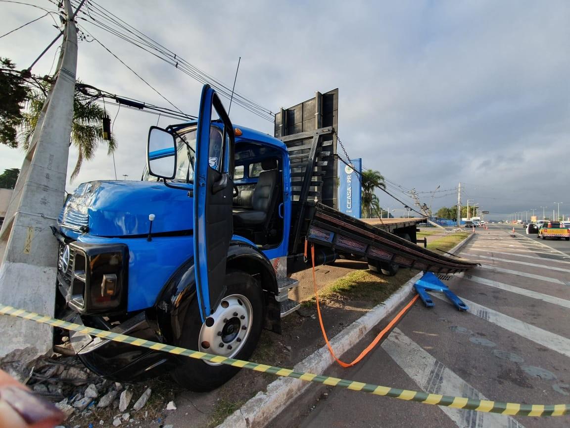 Motorista bate caminhão contra dois postes e morre em frente à Ceasa, em Curitiba