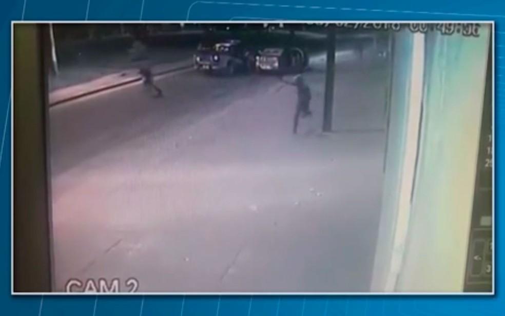 Vídeo mostra troca de tiros que deixou sargento e suspeito mortos na Bahia (Foto: Reprodução/TV Santa Cruz)