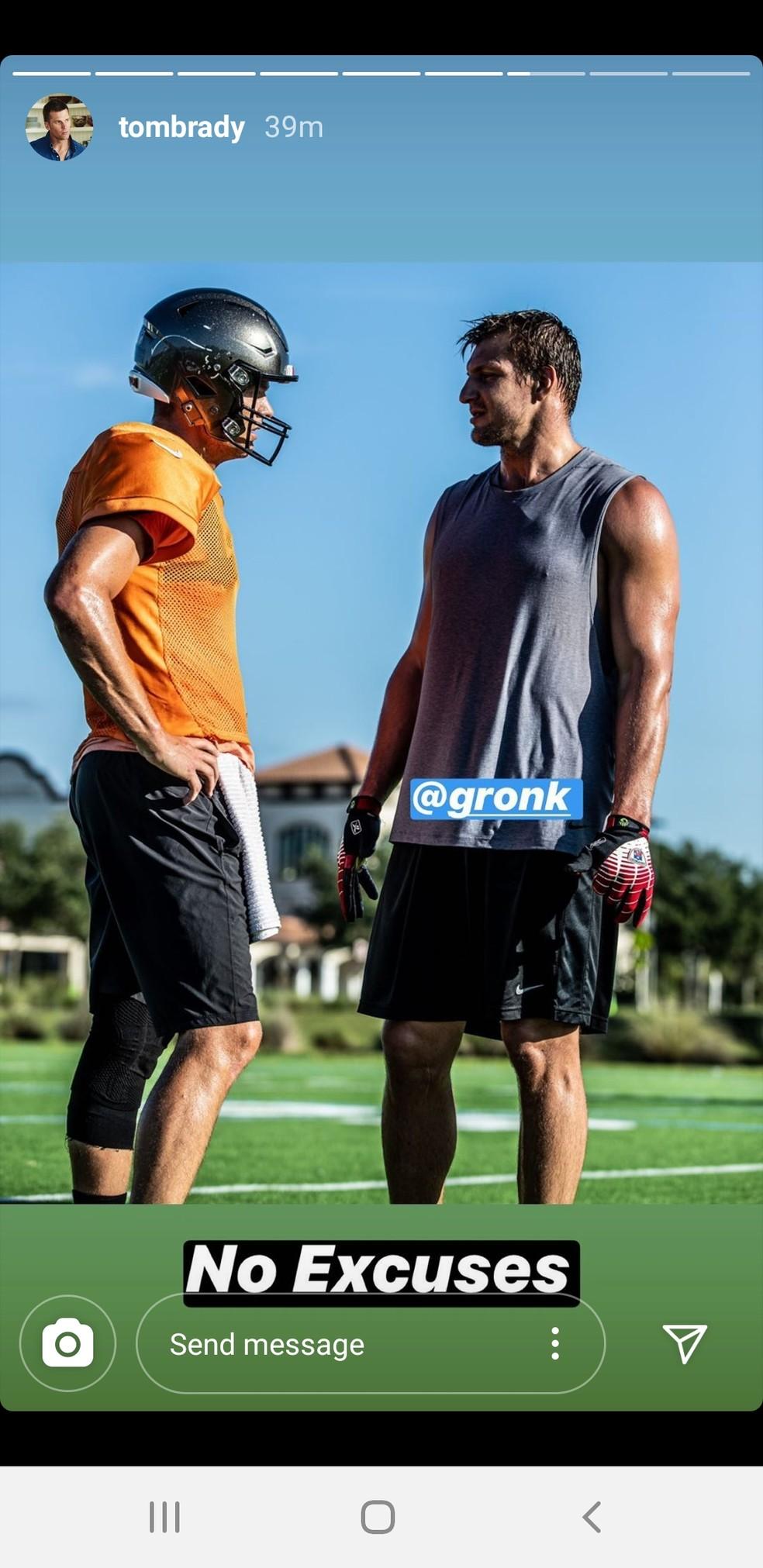Tom Brady e Rob Gronkowski treinam em escola em Tampa — Foto: Reprodução/Instagram