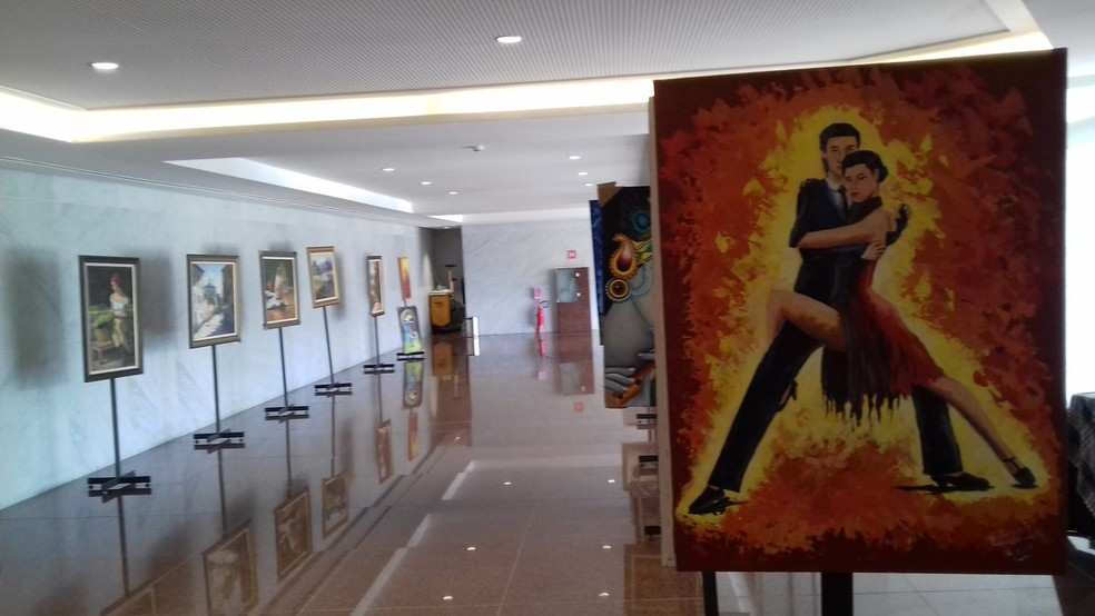 Quadros de artistas pernambucanos estão em exposição na Alepe, no Recife (Foto: Ricardo Novelino/G1)