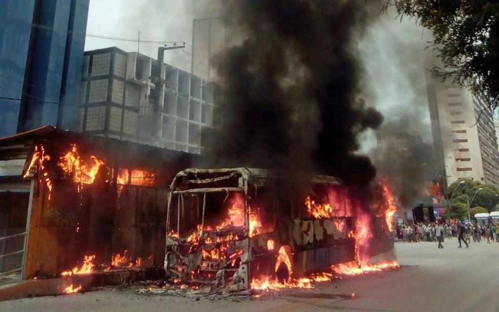 Ônibus pegou fogo no Recife — Foto: Reprodução/WhatsApp