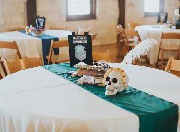 Caveira, livros e varinhas decoravam a mesa de Slytherin (Foto: Lorena Burns Photography)