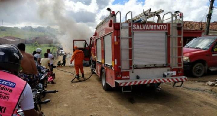 Incêndio destrói casa e deixa idoso ferido em Bebedouro, em Maceió