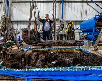 Caixão de 4 mil anos com restos de homem é encontrado na Inglaterra