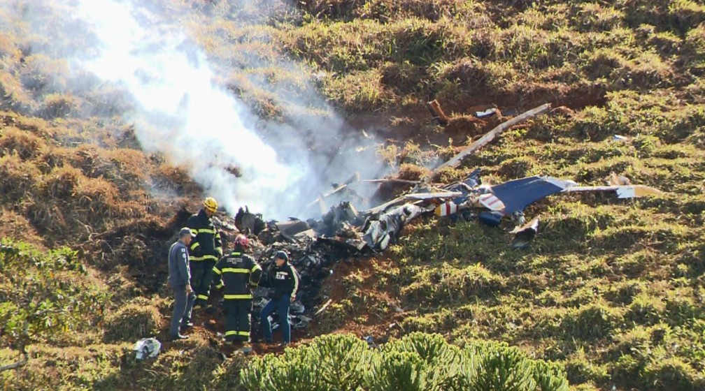 Fumaça continuou saindo do helicóptero durante este domingo (17) (Foto: Devanir Gino/EPTV)