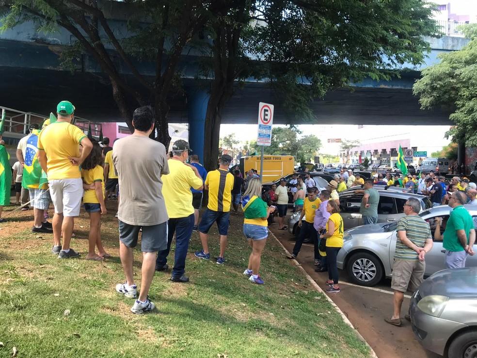 Manifestantes em ato pró-governo em Jundiaí — Foto: Vinicius Whitehead/TV TEM