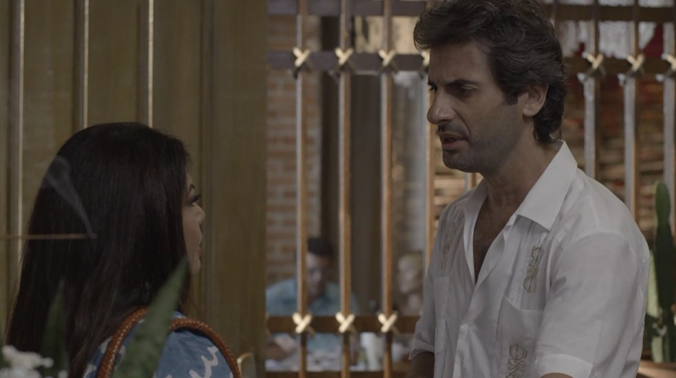 Raimundo (Flávio Tolezani) e Madá (Fabiana Karla) discutem novamente, em 'Verão 90' — Foto: TV GLOBO