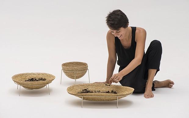 O trabalho manual por trás da coleção de palha de trigo de Nicole Tomazi