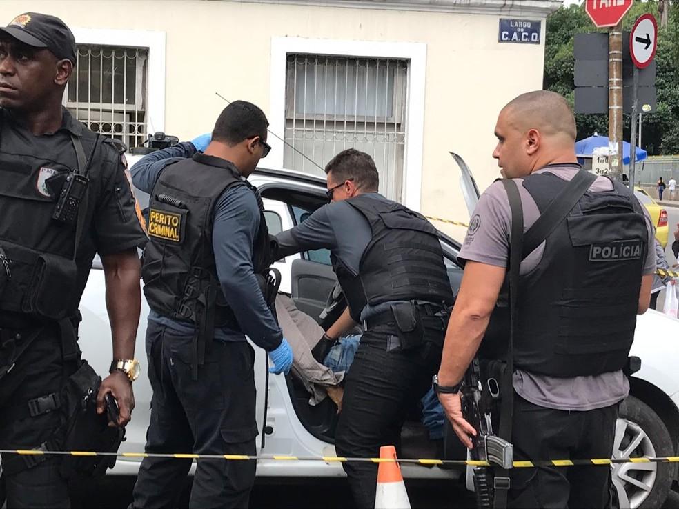 Corpo é retirado de carro em frente à Faculdade de Direito da UFRJ, no Centro do Rio — Foto: Yasmim Restum/ G1