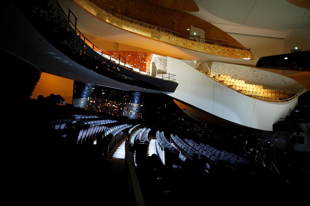 Vazia, a sala Pierre Boulez, em Paris, recebe concerto do violinista Renaud Capucon, após reabertura gradual da França — Foto: REUTERS/Benoit Tessier