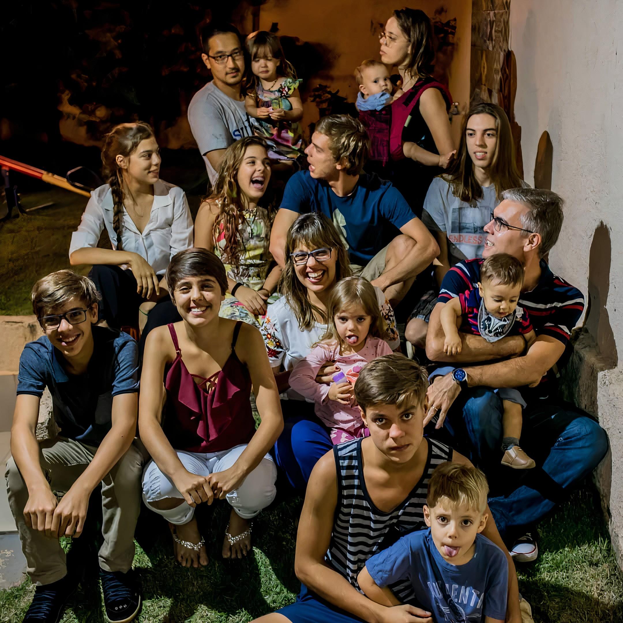 Mãe de 11 filhos relata divisão em casa com planilhas e lousa, e admite aumentar família: 'Por que não?'