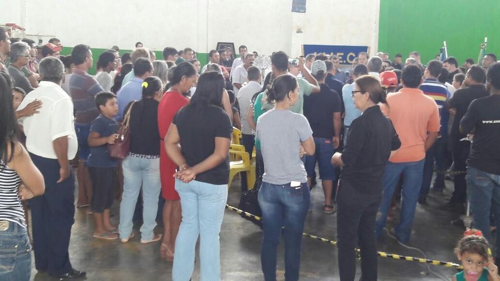 Dezenas de pessoas compareceram ao velório do prefeito de Colniza, no ginásio da cidade (Foto: Harlis Barbosa/Arquivo pessoal)