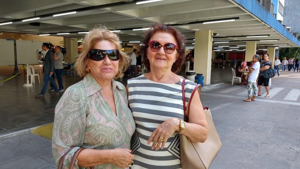 Maria Ângela Padilha, de 70 anos, e a amiga Lúcia Dória, de 81 anos, fizeram questão de ir às urnas neste domingo (28), no Recife — Foto: Wanessa Andrade/TV Globo