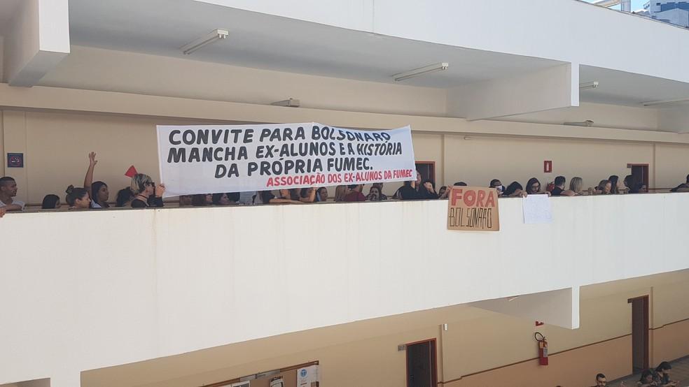 -  Grupo protestou contra presença de Jair Bolsonaro na Fumec  Foto: Pedro Ângelo/G1