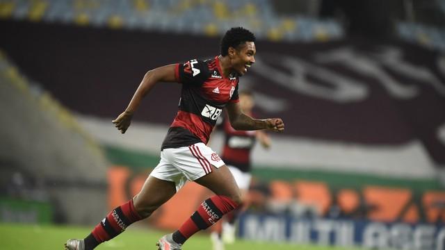 Vitinho, do Flamengo, comemora gol sobre o Fluminense