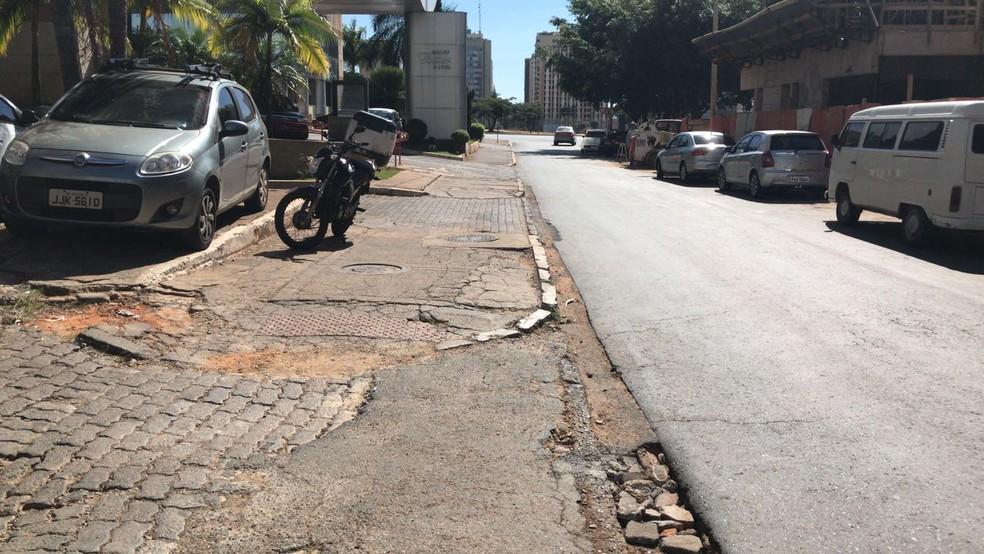 Obras não entregues para a Copa do Mundo de 2014: calçada no Setor Hoteleiro Sul, em Brasília (Foto: Ana Luiza de Carvalho/G1)