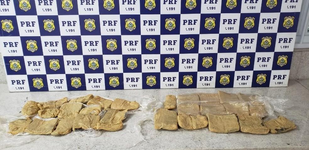 Droga apreendida e mulheres suspeitas foram levadas para a delegacia — Foto: Polícia Rodoviária Federal