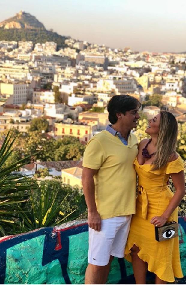 Fabiana Teixeira e o marido, Alessandro Toniello, em Atenas, na Grécia (Foto: Reprodução/Instagram)