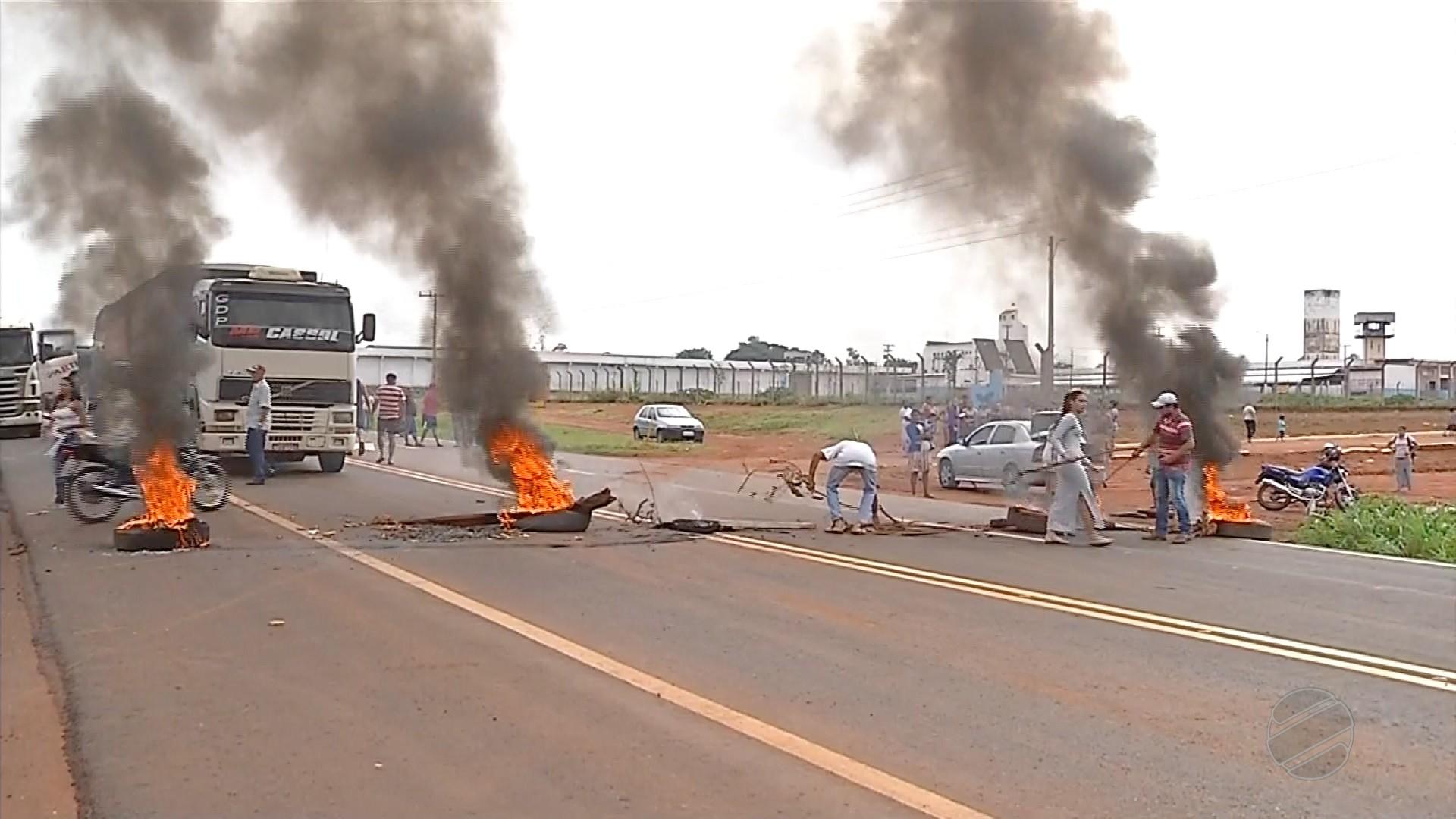 Famílias de presos fecham rodovia em protesto contra paralisação de agentes penitenciários em MT
