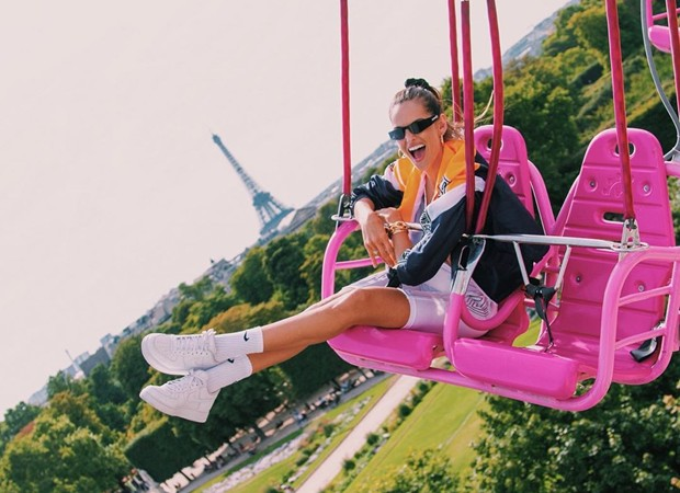 Izabel Goulart has fun on the carousel, the ferris (photo reproduction in Instagram)