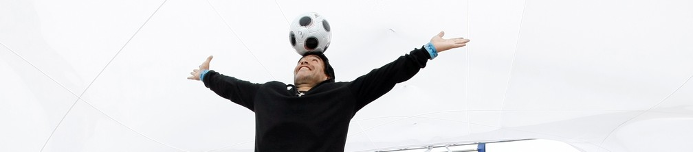 Diego Maradona equilibra uma bola na cabeça durante sessão fotográfica para 'Maradona por Kusturica', do diretor sérvio Emir Kusturica, no 61º Festival de Cinema de Cannes, em maio de 2008 — Foto: Eric Gaill/Reuters/Arquivo