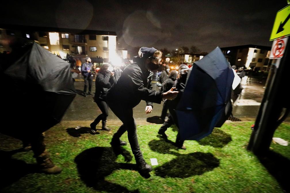 Confrontos eclodem em Brooklyn Center, nos EUA, durante protesto contra morte Daunte Wright nesta segunda-feira (12) — Foto: Nick Pfosi/Reuters