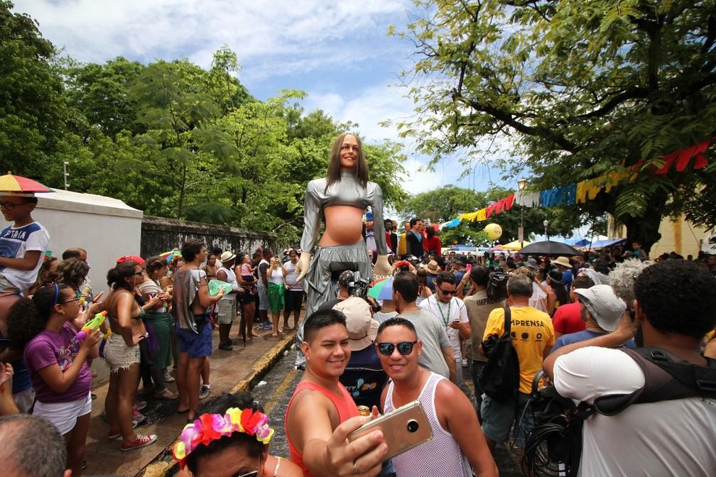 Foliões fazem 'selfie' para registrar versão gigante de Ivete Sangalo grávida (Foto: Aldo Carneiro/Pernambuco Press)