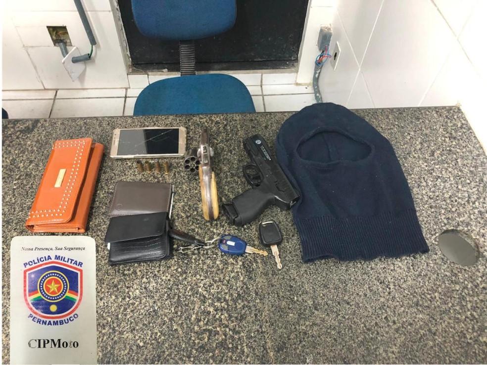Policiais militares encontraram itens roubados no interior do veículo que trio usou para tentar fugir — Foto: Polícia Militar/Divulgação