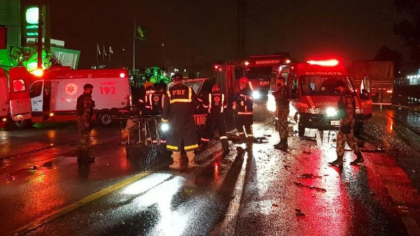 Duas pessoas morrem em acidente entre carro e carreta na BR-392 em Santa Maria