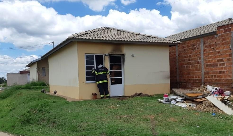Segundo os bombeiros, não havia pessoas na casa, localizada no Jardim Maracá 2 — Foto: Corpo de Bombeiros/Divulgação
