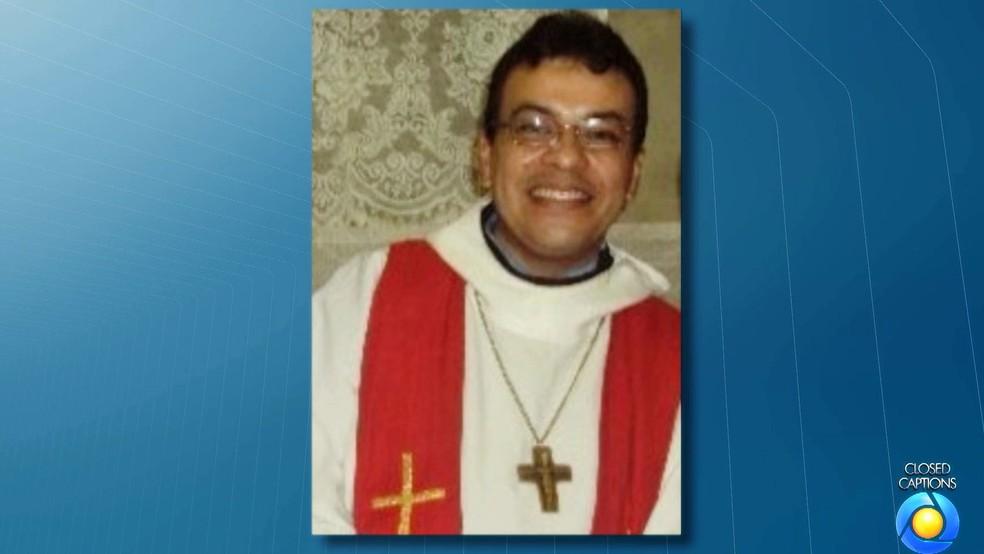 Padre Pedro Gomes Bezerra foi encontrado morto e enrolado em lençol dentro de casa em Borborema, na Paraíba (Foto: Reprodução/TV Cabo Branco)
