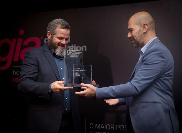 O presidente da ABCasa, Renato Orensztejn, entrega o prêmio a Marcelo Nogueira, CEO da marca Tania Bulhões (Foto: Divulgação ABCasa)