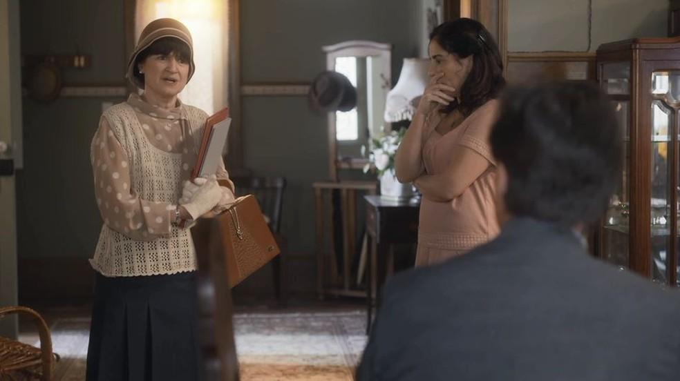 Lola (Gloria Pires) fica tensa quando a professora Benedita revela a Júlio (Antonio Calloni) que o filho repetiu de ano — Foto: Globo