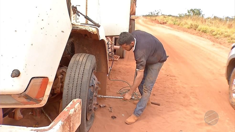 Caminhoneiros reclamam dos danos causados aos caminhões (Foto: TVCA/ Reprodução)
