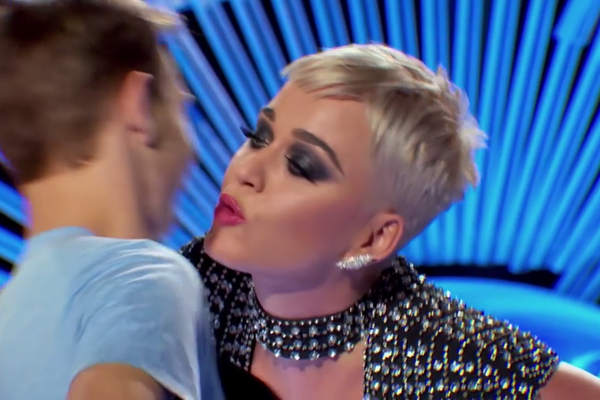 A cantora Katy Perry roubando o beijo do calouro de 19 anos participante do American Idol (Foto: Reprodução)