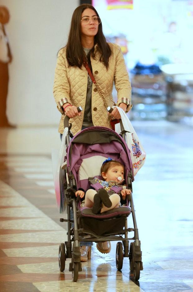 Carol Castro e a filha, Nina, passeando em shopping do Rio de Janeiro (Foto: Thiago Martins/Agnews)