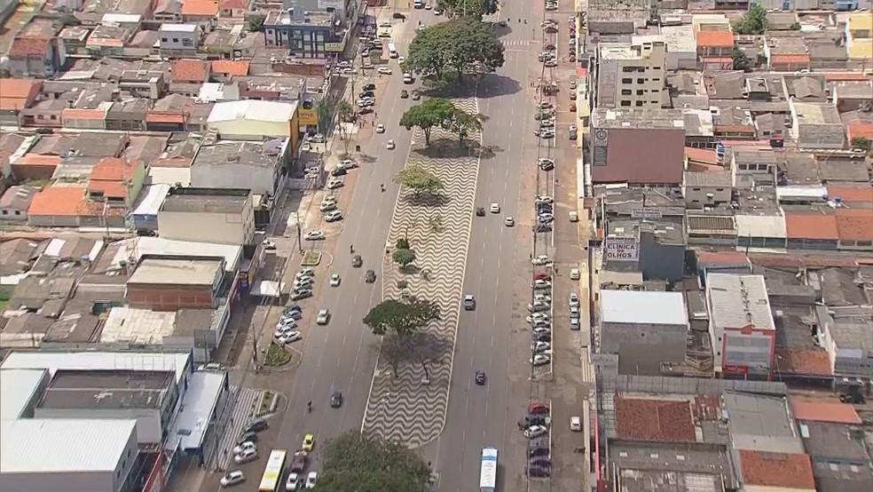 Imagem aérea mostra centro de Ceilândia, com movimento de carros na segunda-feira (13) em Brasília — Foto: TV Globo/Reprodução