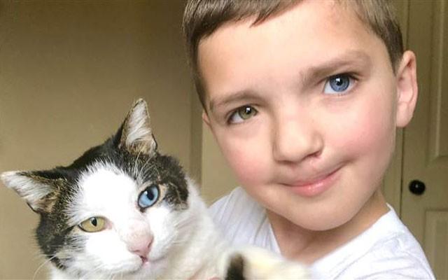 Madden Humphreys tem um olho verde e outro azul, lábios leporinos, e um gato que é igual a ele (Foto: Reprodução)