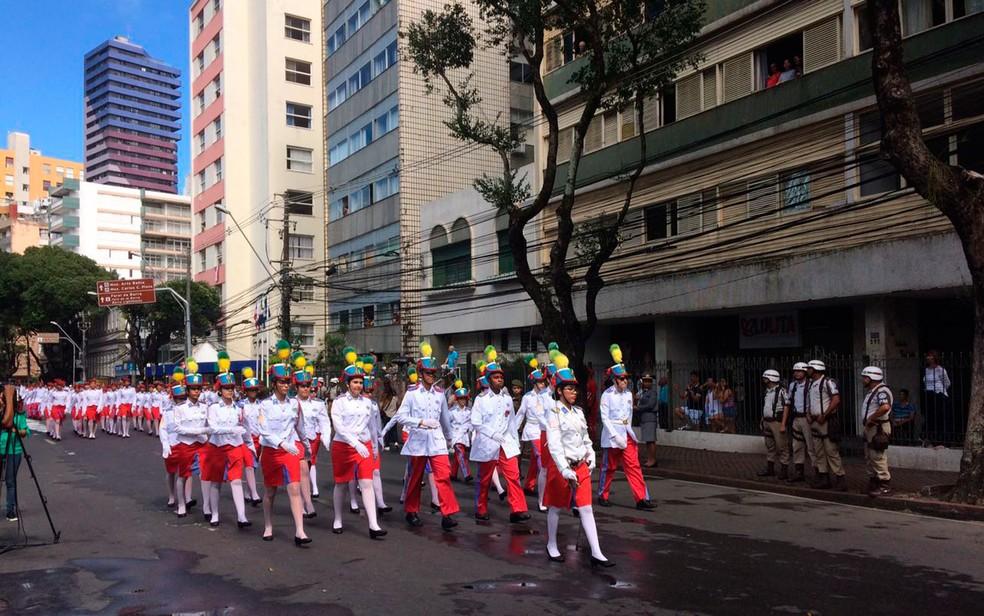 Mais alunos do colégio militar desfilam (Foto: Henrique Mendes/G1)