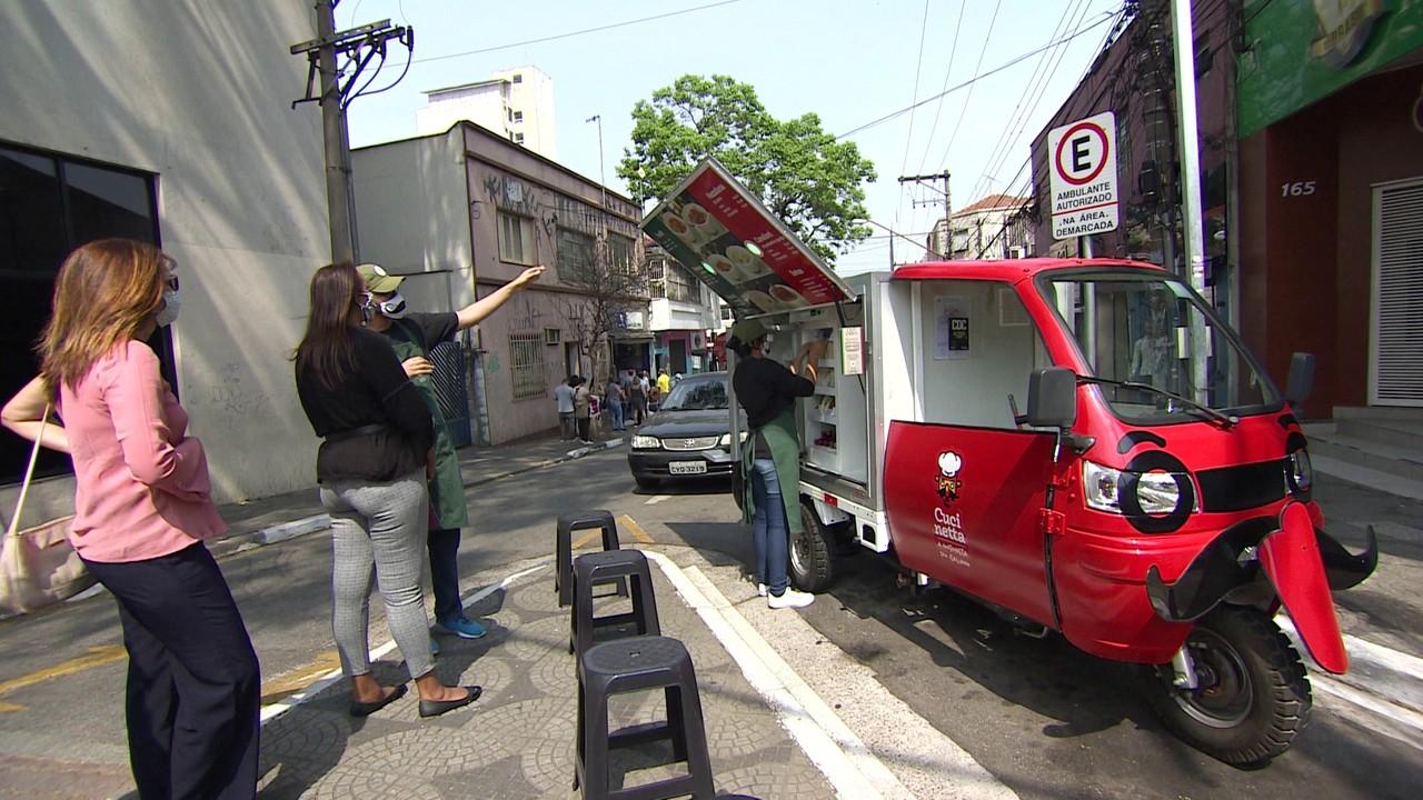 Empresária faz sucesso com a venda de comida italiana em motonetas