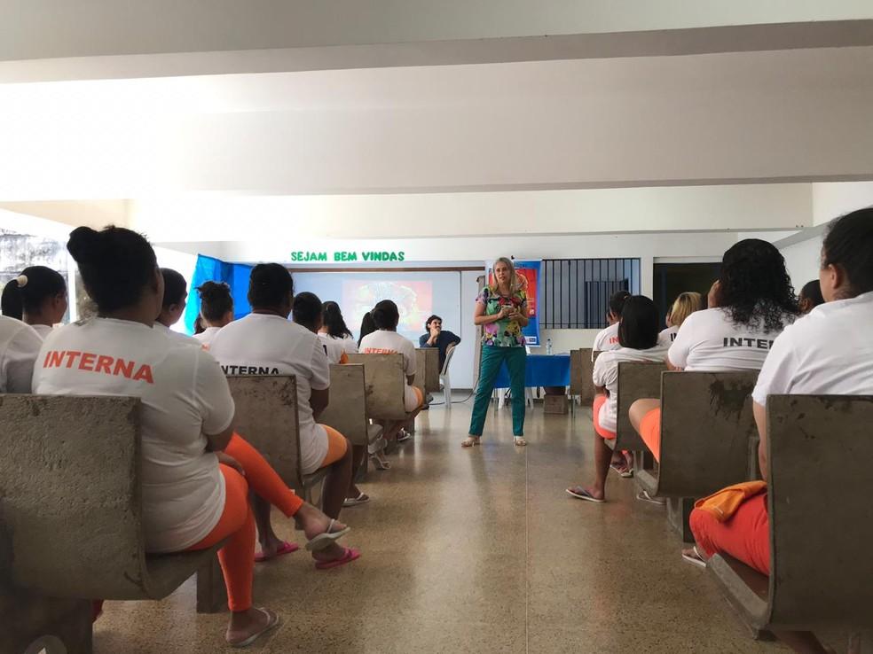 """A agente penitenciária e escritora Giulieny Matos durante o lançamento do livro """"Cadê minha mãe?"""" na Colmeia, no DF — Foto: Luiza Garonce/G1"""