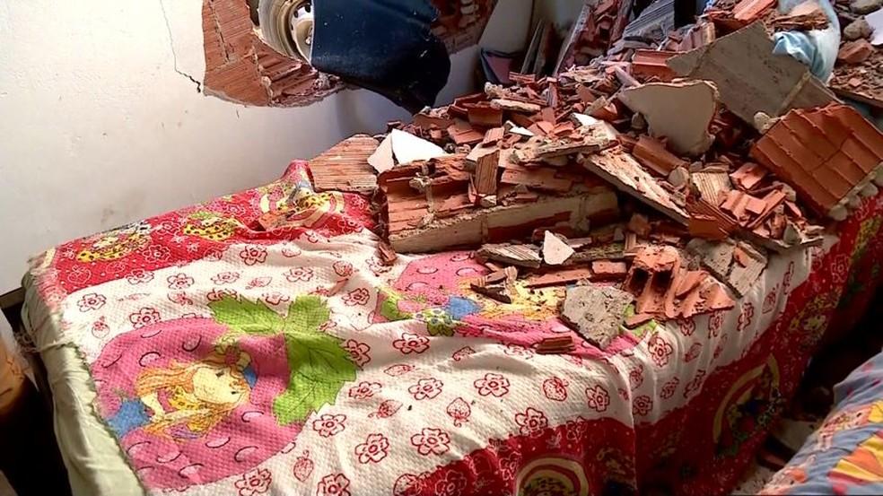 Criança brincava em cama de quarto que foi atingido pelo carro, mas não se feriu — Foto: Reprodução/TV Gazeta