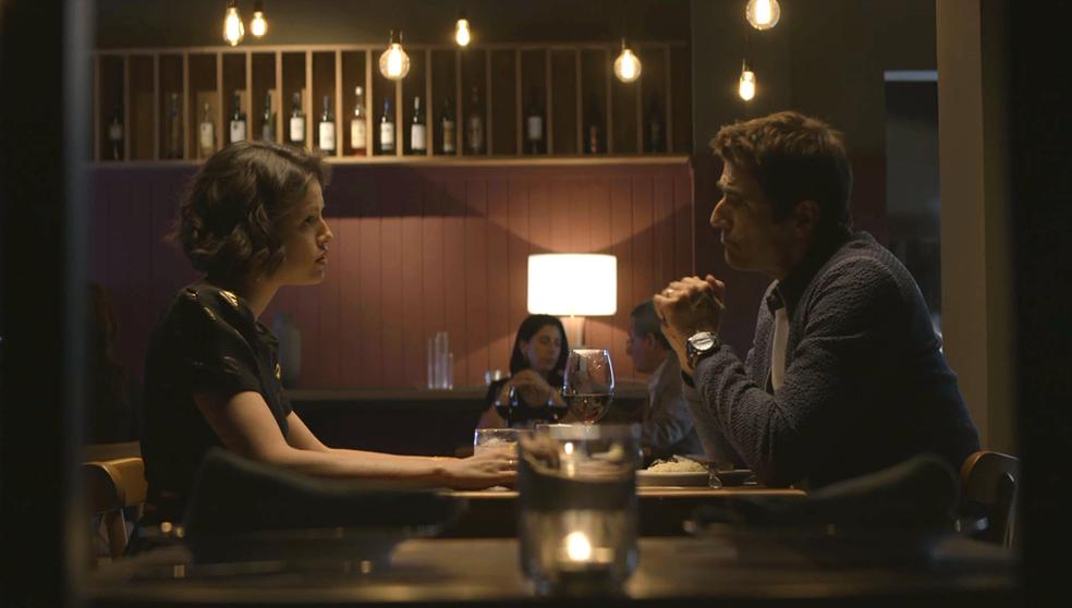 Em 'A Dona do Pedaço', Régis (Reynaldo Gianecchini) deixa claro a Josiane (Agatha Moreira) que não quer mais nada com ela — Foto: TV Globo