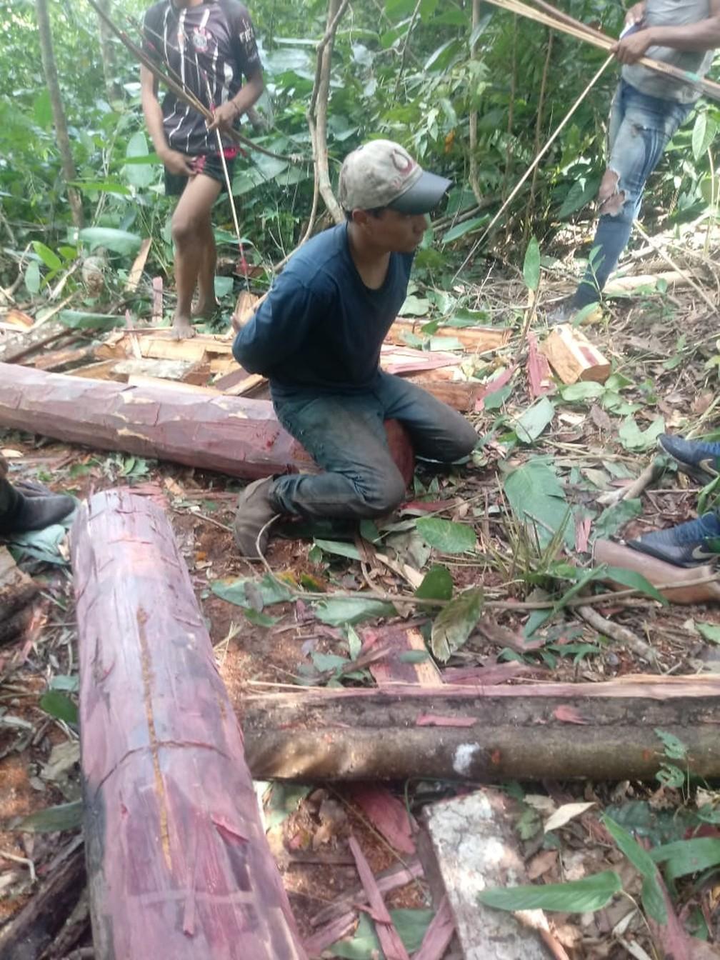 Índios prenderam um homem que foi flagrado com motosserra tirando madeira da Terra Indígena (TI) Urubu Branco no município de Confresa — Foto: Divulgação