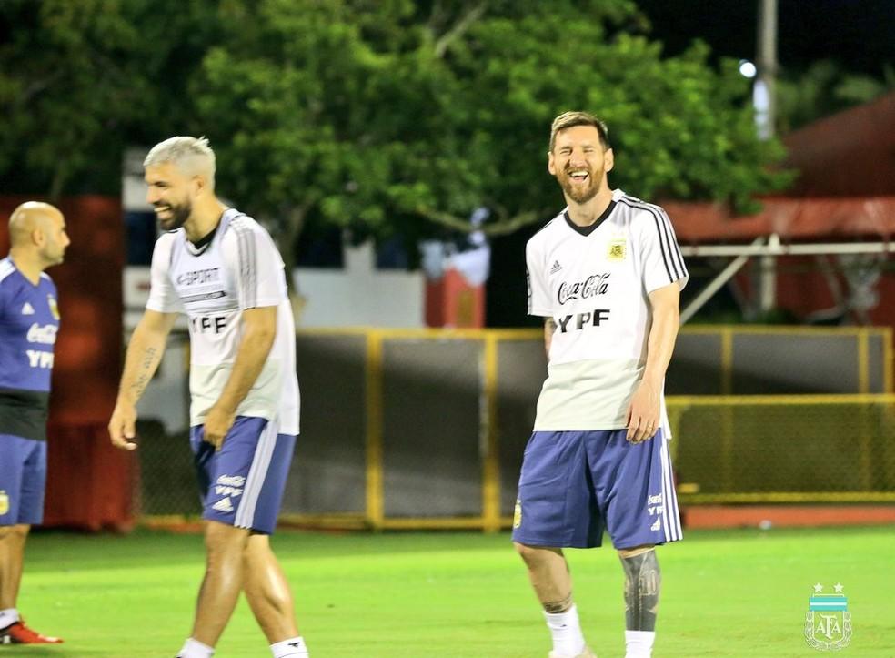 Agüero e Messi, sorridentes, durante treinamento da Argentina — Foto: Divulgação / AFA