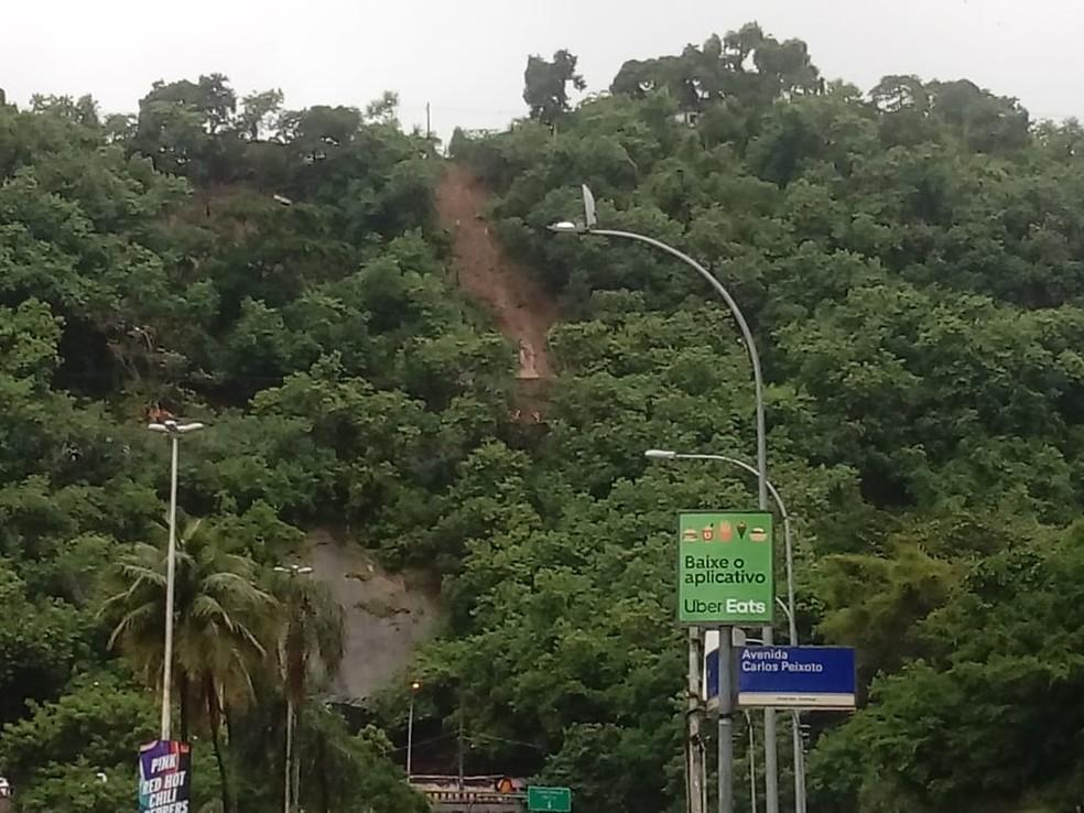 Área que deslizou e soterrou carros em Botafogo — Foto: Daniel Silveira?G1
