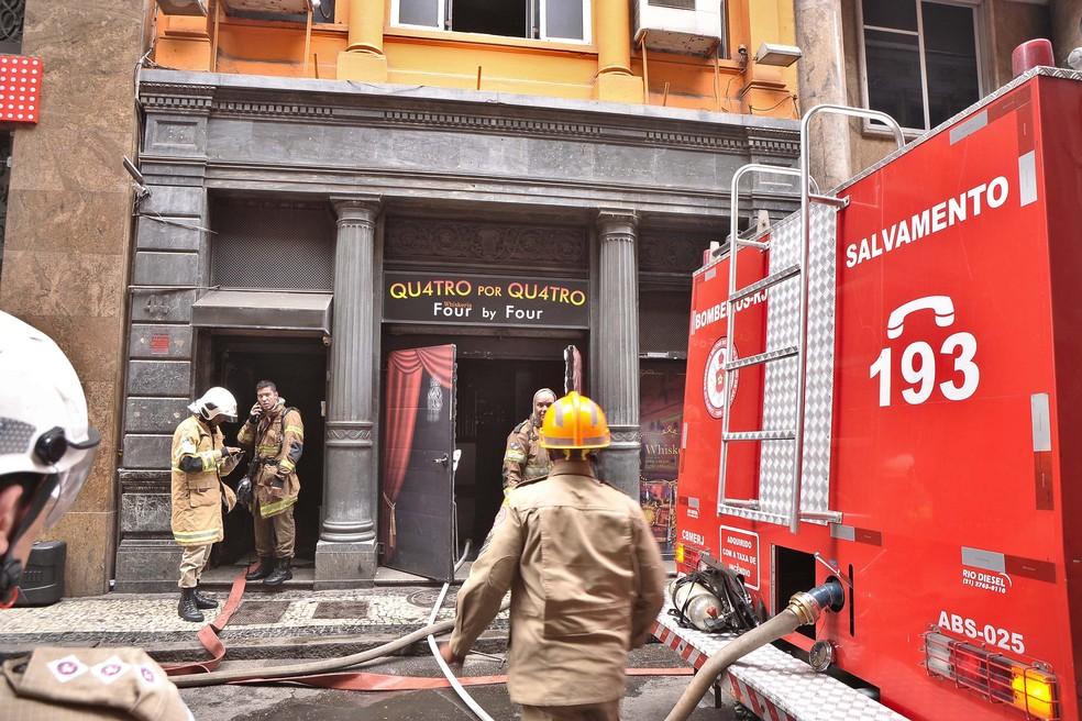 Bombeiros tentam combater incêndio na Quatro por Quatro — Foto: SAULO ANGELO/FUTURA PRESS/ESTADÃO CONTEÚDO