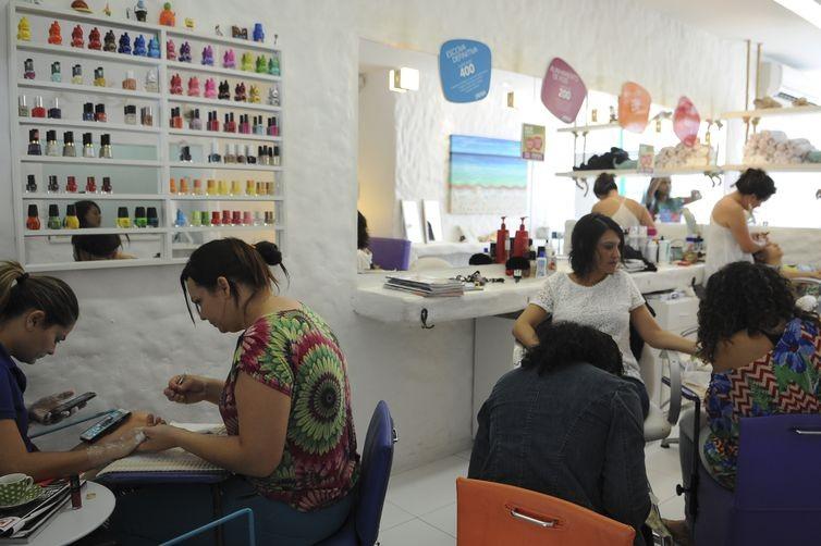 Atendimento nos salões de beleza foram suspensos no Brasil desde o início da pandemia de covid-19  (Foto: Agência Brasil)