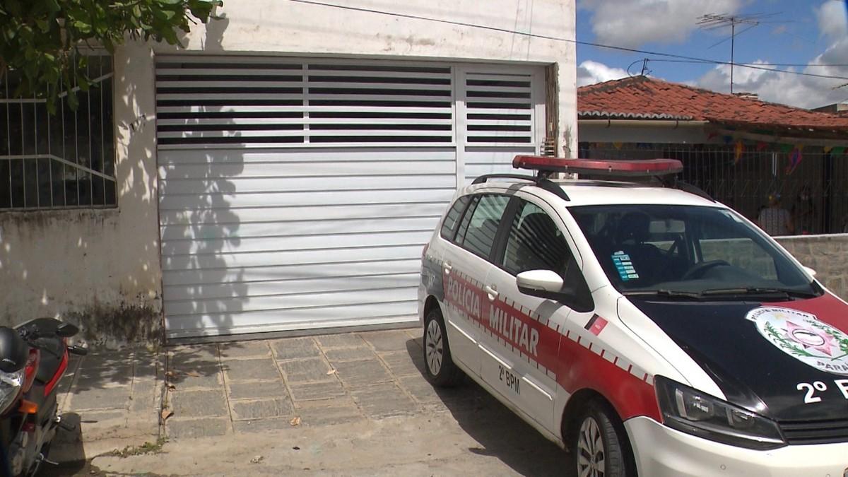 Aposentado é encontrado morto em casa com golpes de faca no pescoço, em Campina Grande