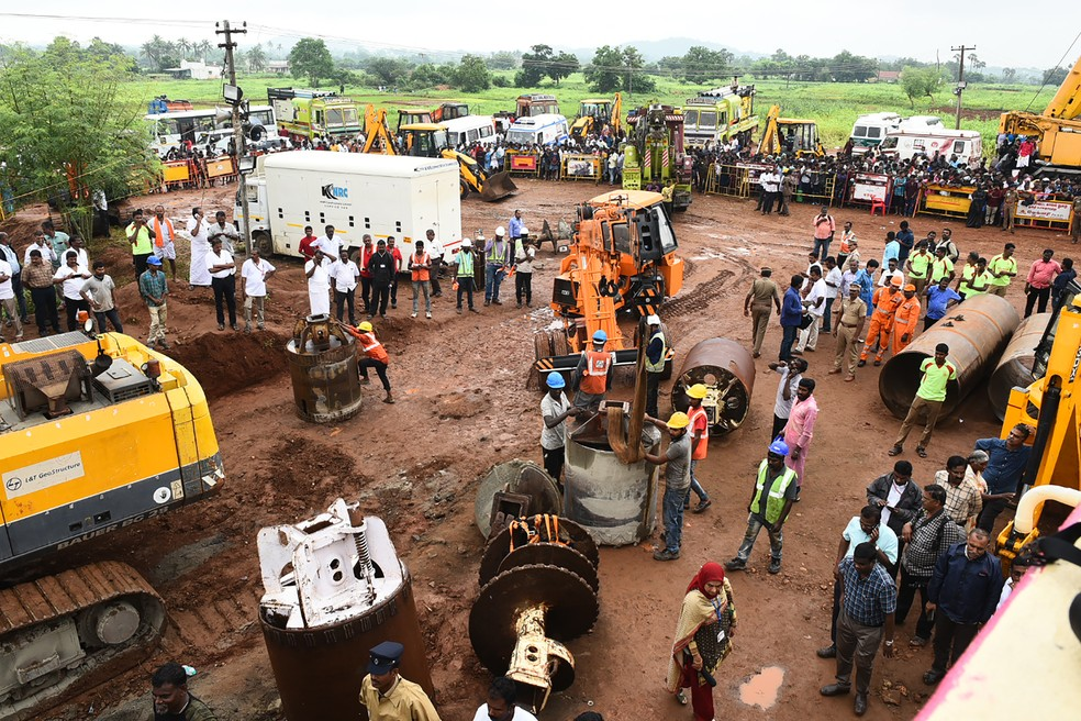 Equipes de resgate na Índia tentaram salvar menino preso em poço por 4 dias, mas não conseguiram — Foto: STR / AFP